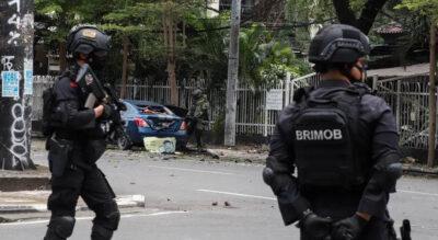 Une unité anti-bombe indonésienne et la police anti-terroriste de la Brigade Mobile se tient sur les lieux de l'attentat de la cathédrale de Makassar, le 28 mars 2021.• Crédits : Une unité anti-bombe indonésienne et la police anti-terroriste de la Brigade Mob - AFP