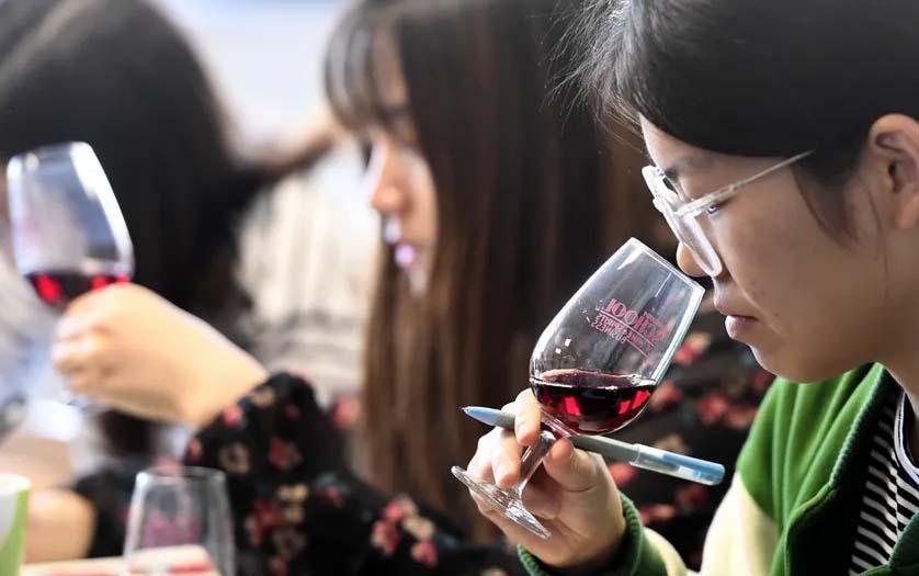 Des étudiantes chinoises goûtent et étudient le vin à la School of Wine de la Dijon Business School le 16 mars 2017.• Crédits : PHILIPPE DESMAZES - AFP